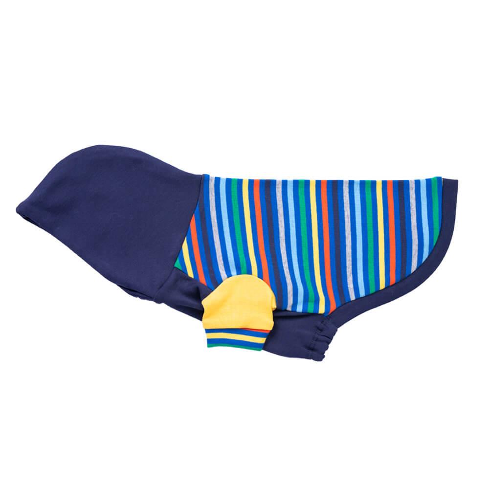 """El modelo Rainbow en patrón de rayas queda lindo en los engreídos de casa, y la capucha le da ese toque especial. Encuéntralo en dos combinaciones: Azul y Natural. Tu peludo estará cómodo y feliz modelando su nuevo chachá -Kira es una Poodle mini de 6 meses. Usa talla XSmall. En esta misma página, más abajo, encontrarás la<strong>GUÍA DE MEDIDAS</strong> específica de este polo para que elijas correctamente la talla de tu perro. <strong>¡Toma en cuenta que no todas las prendas siguen la misma tabla de medidas! Dentro de cada producto, encontrarás la tabla de medidas que corresponde al modelo.</strong> <span style=""""color: #ff0000;""""><strong>Nota: El color de la capucha fue reemplazado por color naranja en las tallas XS, S, M, XL, XXL!!!!</strong></span>"""