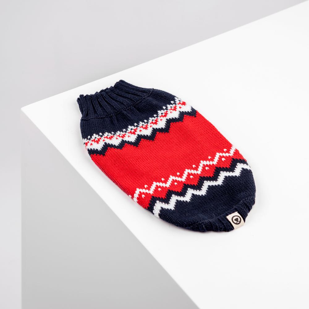 El estilo nórdico en rojo, azul y blanco es un clásico que no puede faltar en su closet. Si tu engreído es amante de lo conservador, éste es el indicado. Te lo agradecerán. Una línea sofisticada diseñada para tu perro pensando en ti! Nuestras chompas se tejen cuidadosamente para brindar comodidad, resistencia, durabilidad y mucho estilo. En esta misma página, más abajo, encontrarás la<strong>GUÍA DE MEDIDAS</strong> específica de este suéter para que elijas correctamente la talla de tu perro. <strong>¡Toma en cuenta que no todas las prendas siguen la misma tabla de medidas! Dentro de cada producto, encontrarás la tabla de medidas que corresponde al modelo.</strong> Colección 2020
