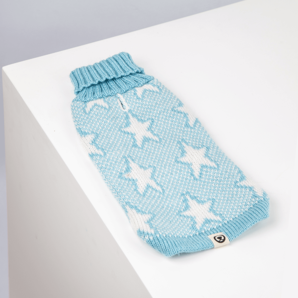 <ul> <li> <div>Material ultra suave</div></li> <li> <div>Cuello Alto</div></li> <li> <div>Orificio para la correa</div></li> <li> <div>Tejido artesanal</div></li> </ul> En esta misma página, más abajo, encontrarás la<strong>GUÍA DE MEDIDAS</strong>específica de este suéter para que elijas correctamente la talla de tu perro.