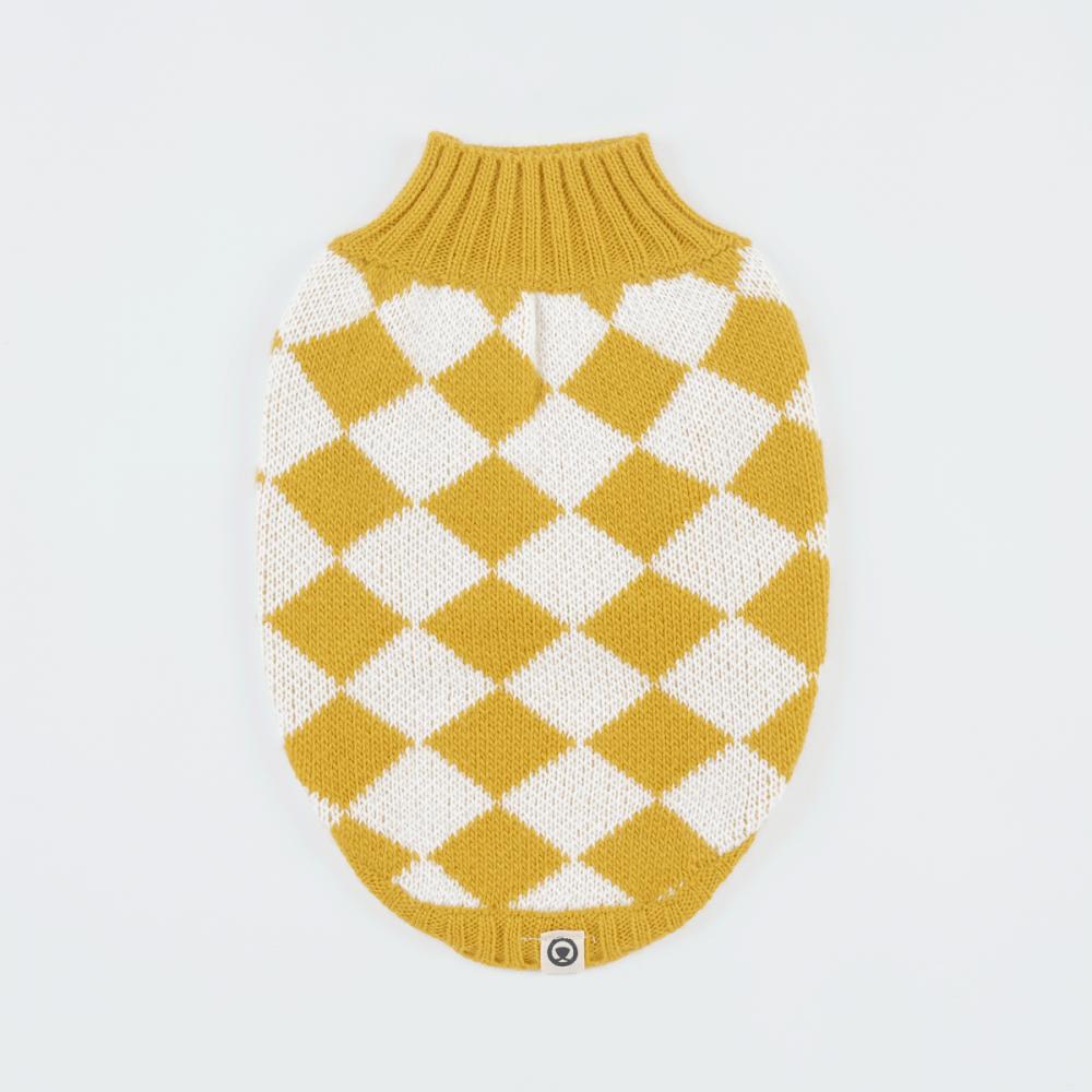 ¡Habla! a qué me veo intelectual con este outfit. ? <ul> <li>Extra abrigadora</li> <li>Suave al tacto</li> <li>Cuello bajo</li> <li>Ultra cómodo</li> </ul> Pepper es una Boston Terrier y usa nuestra chompa para perro Chess talla Small. En esta misma página, más abajo, encontrarás la<strong>GUÍA DE MEDIDAS</strong> específica de este suéter para que elijas correctamente la talla de tu perro.